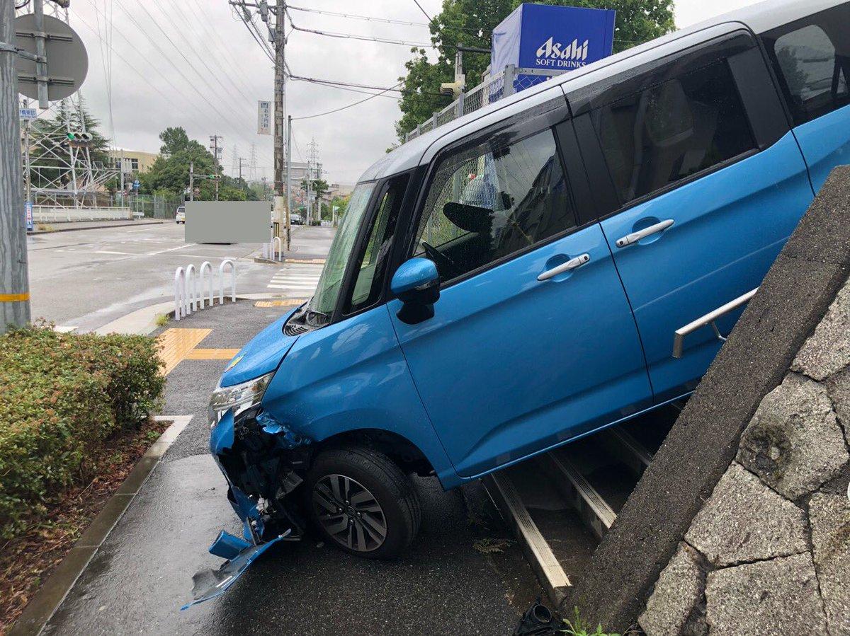 RT @kobeimamoe: 事故を目撃してしまいました(°_°) ガガガッ…!てすごい音して…医院の駐車場の出口と間違えて階段から降りてしまいはったんですね。周りに人もいなくて高齢者ドライバーさんも無事だったようで何よりです。 https://t.co/lGsuKUYcVD