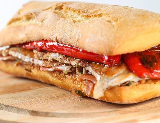 Bocadillos gourmet como este que nos trae @Carnicasmulas hacen una #HoraDelSabor para chuparse los dedos 😋 Serranito: lomo, pimientos, tomate y jamón. ¡Inolvidable! 😍