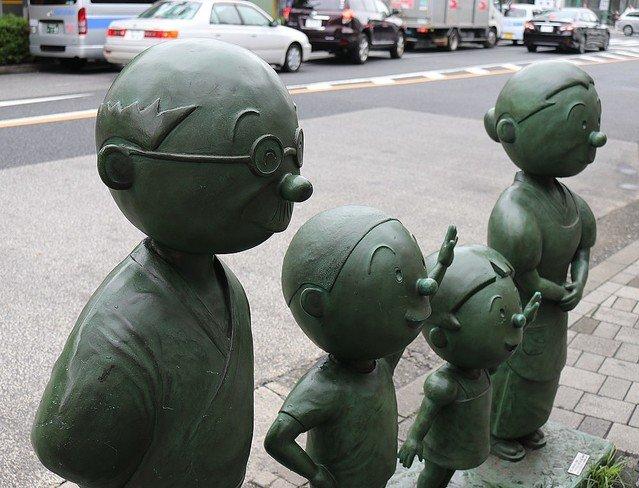 【哀しい】「波平さんの毛」また銅像から抜かれる 東京・桜新町波平の「1本毛」だけは銅ではなくワイヤ製。過去にも何者かによって抜かれたとして、物議を醸したことがあった。