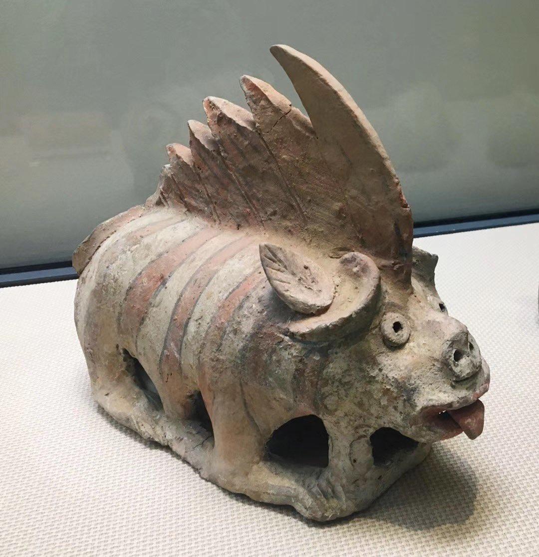 西安博物院所蔵鎮墓獣鎮墓獣は死者の魂やお墓を守るために作られて、戦国時代の楚墓に初めて現れ、魏晋~隋唐時代に流行り、五代に消えつつあった。図1、2は北魏の彩絵陶鎮墓獣、萌え萌え。図3、4は唐時代の唐三彩鎮墓獣
