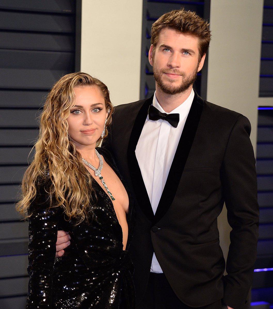 """ล่าสุด Liam Hemsworth ได้ยื่นเอกสารขอหย่า Miley Cyrus แล้วหลังประกาศแยกทางกันเมื่อวันที่ 13 สิงหาที่ผ่านมาโดยให้เหตุผลว่า """"เข้ากันไม่ได้"""" ส่วนทาง Miley ก็ออกมาทวิตข้อความว่าในอดีตเคยทำผิดพลาดไปบ้าง แต่ตอนนี้เธอเติบโตขึ้นและที่รักครั้งนี้จบลงไม่ใช่เพราะ Miley นอกใจ Liam แน่นอน 💔 https://t.co/LNXavptJ1o"""