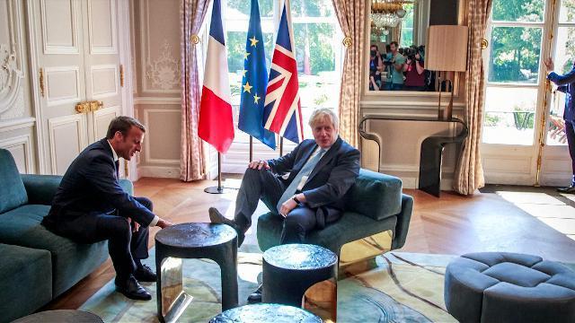 Parigi, Boris Johnson si mette comodo a casa Macro...
