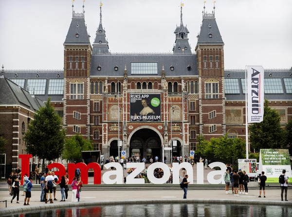 "The famous ""#IamAmsterdam"" sign just made a comeback with a new identity - ""#iAmazonia"", aiming to help save the #Amazon rainforest.  https://www.greenpeace.org/international/press-release/22659/famous-iamsterdam-landmark-solidarity-message-amazon/ …  #NationBranding #PlaceBrandingpic.twitter.com/lfbOjcESXQ"