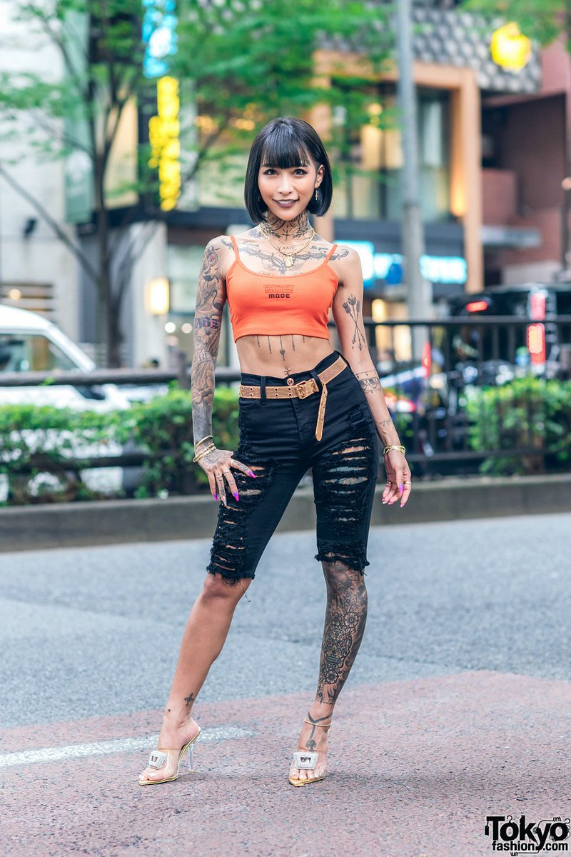 Popular Japanese hair/makeup artist and gyaru/tattoo model Mana Izumi on the street in Harajuku wearing a Bershka crop top with Top Secret denim shorts and heels by the Japanese brand Yello #原宿  http:// tokyofashion.com/japanese-hair- makeup-artist-model-in-harajuku-tattoos-crop-top-yellow-stilettos/   … <br>http://pic.twitter.com/PTsFCDX9Et