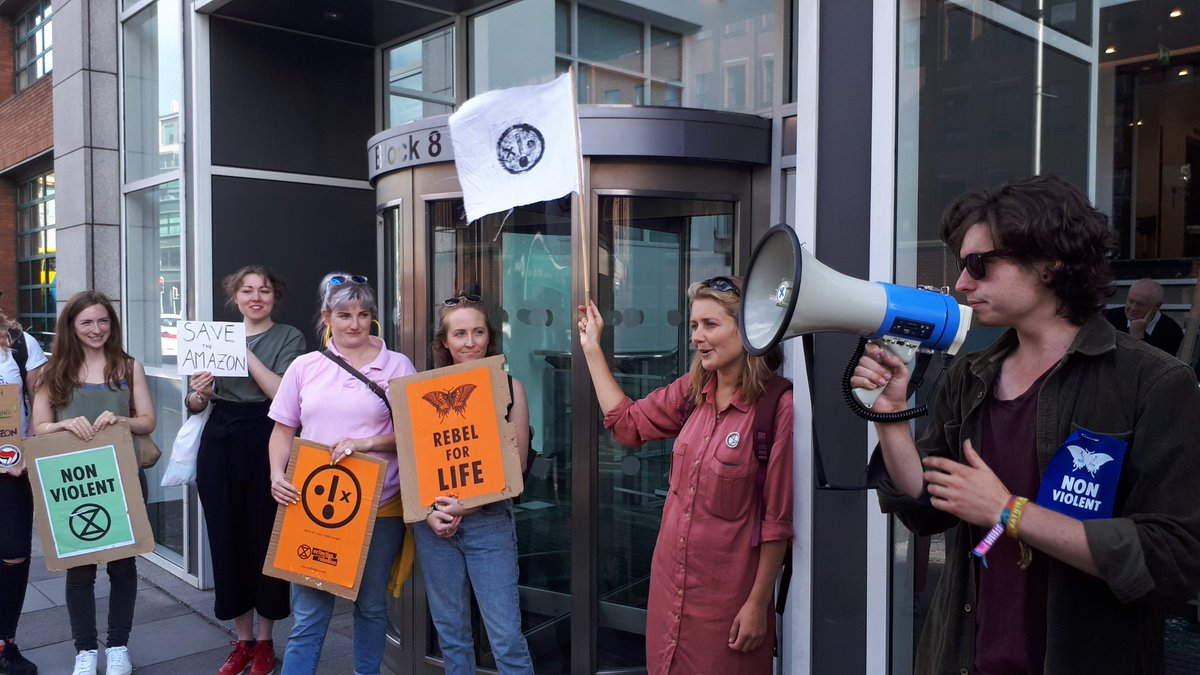 After 6 hours we are finishing up our  protest outside the Brazillian Embassy.  Thank you to everyone who joined us, talked to us and honked their horns in support   Solidarity with front line defenders and rebels around the world   #ActForTheAmazon #ExtinctionRebellion<br>http://pic.twitter.com/QyzA6JIFuM