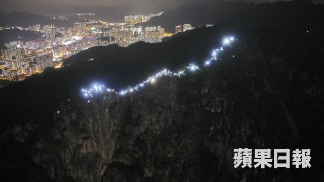 More awe-inspiring photos from Lion Rock. Also, Hong Kong has a vibrant hiking & trail running community—one way to tell is how well these protesters are kitted out. (Pics: 何家達/Apple Daily)