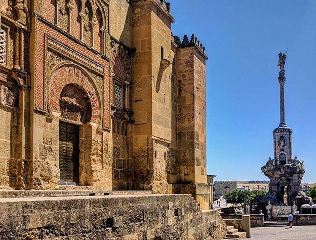 """""""Tras los muros de Alhakén II"""" 🕌🧚♂️ • • #PuertadeSanIldefonso en el muro occidental de la #MezquitadeCórdoba, y #TriunfodeSanRafael, junto al #puenteromano y el #Guadalquivir. [#Mezquita-#catedral de #Córdoba. #AlHakam II de #AlAndalus / #Andalucía]. » https://ift.tt/2HoVh7s"""