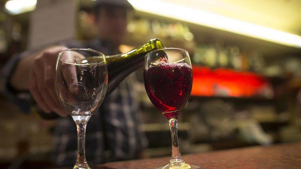 ¡El fin de semana ya está aquí, y qué mejor manera de celebrarlo que compartiendo una copa de vino de las DOs de #CastillaYLeón! Calidad del viñedo a tu copa 🍷🍇