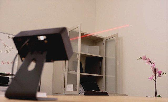 【助かる】レーザーで蚊の位置を教えてくれるデバイスが登場イスラエルのメーカーが製作。飛んだ状態からマークし、着地したところでレーザーを照射しつつ、スマホに通知してくれるという。