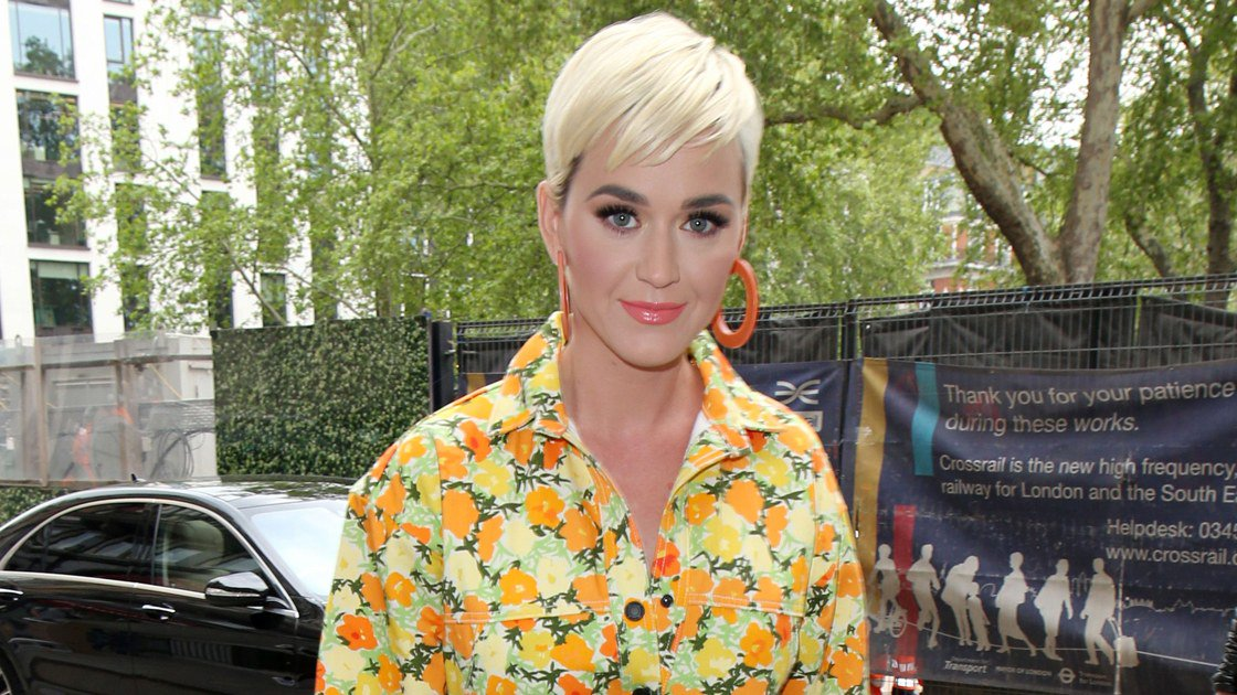 """For @katyperry's latest installment of """"potty jams""""—a new series of acoustic performances staged in public bathrooms—she opted for a very campy ensemble.  http:// vogue.cm/FOnVVTB    <br>http://pic.twitter.com/k6AQwzyGP7"""