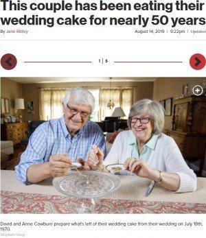 【凄い】49年前のウェディングケーキを冷凍、結婚記念日に食べ続ける夫婦が話題に 米食べて体調を崩したことはないという。来年の金婚式では、欠片を混ぜて新しいケーキを作るとのこと。