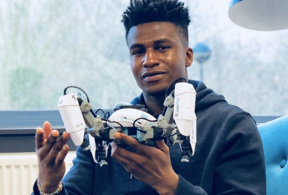 26-year-old Nigerian, credited for building the world's first gaming robot, Silas Adekunle, has become the highest paid in the field of robotic engineering.  He achieved the feat after signing a new deal with the world's reputable software manufacturers, Apple Inc. #80Nigerians <br>http://pic.twitter.com/CGIL42f1uE