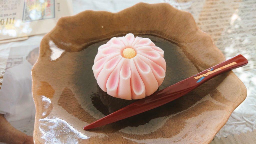 『 姫菊 』薯蕷練り切り製まだまだ暑いですが、暦の上では秋です✨和菓子で菊の意匠は多数存在するので頻繁に登場する予定です😊これから通販の練り切りを注文した方には、様々な菊が選抜されます🙇✨#栃木 #真岡 #手作り