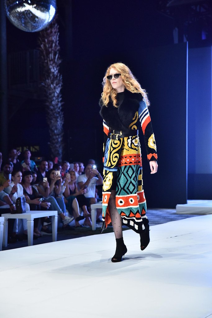 INFUR MAGAZINE on Twitter: Simply dazzling @mefileather MEFI FW20   #infurmagazine #fashionmagazine #Fashion #OOTD #fur #furfashion #Style #FashionBlogger #Fashionista #StreetStyle #WIWT #FashionStyle #StreetFashion #welovefur #shearling #pellicce #fw19 #instagirl #catwalk #runway #multicolor #mefi…