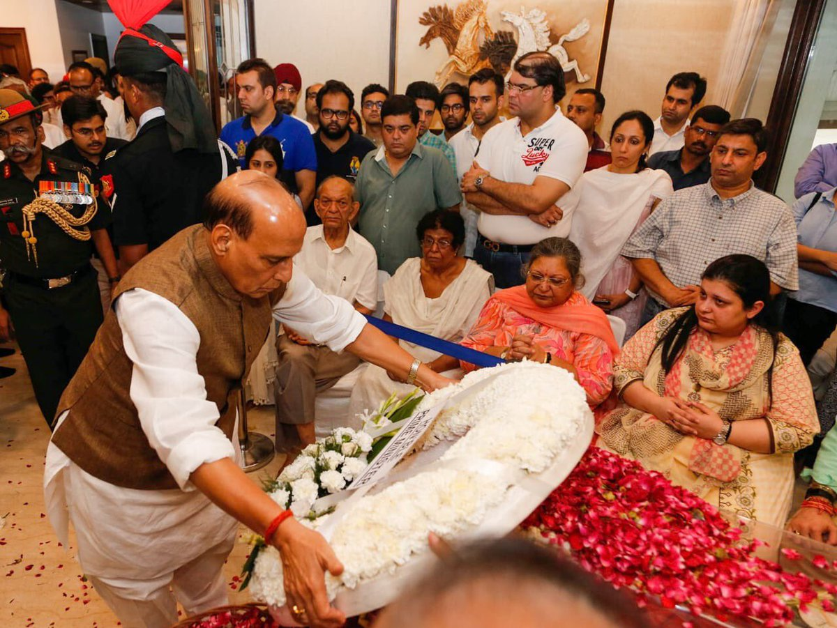 Raksha Mantri Shri @rajnathsingh laying wreath and paying homage to the departed leader and former Union Minister Arun Jaitley ji at his residence in New Delhi.