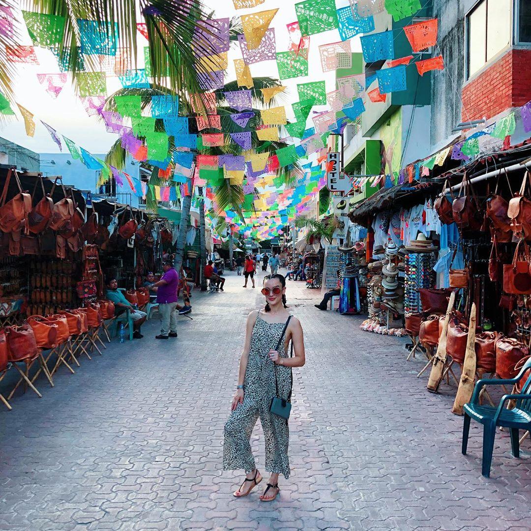 𝐆𝐫𝐚𝐛 𝐲𝐨𝐮𝐫 𝐰𝐚𝐥𝐤𝐢𝐧𝐠 𝐬𝐡𝐨𝐞𝐬 - 𝐭𝐡𝐞 𝐛𝐞𝐬𝐭 𝐰𝐚𝐲 𝐭𝐨 𝐝𝐢𝐬𝐜𝐨𝐯𝐞𝐫 #PlayaDelCarmen 𝐢𝐬 𝐬𝐭𝐫𝐨𝐥𝐥𝐢𝐧𝐠 𝐢𝐭. ✨  📸: selenaroque via IG https://t.co/mzkeS71zHz