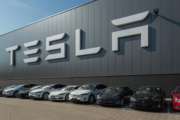 👇 How Tesla is Using #ArtificialIntelligence & #BigData #Tesla, since its inception, has made it their policy to collect all possible data from their car owners. This data is sent to the cloud for analysis. datasilk.com/nexus/how-tesl… #MachineLearning
