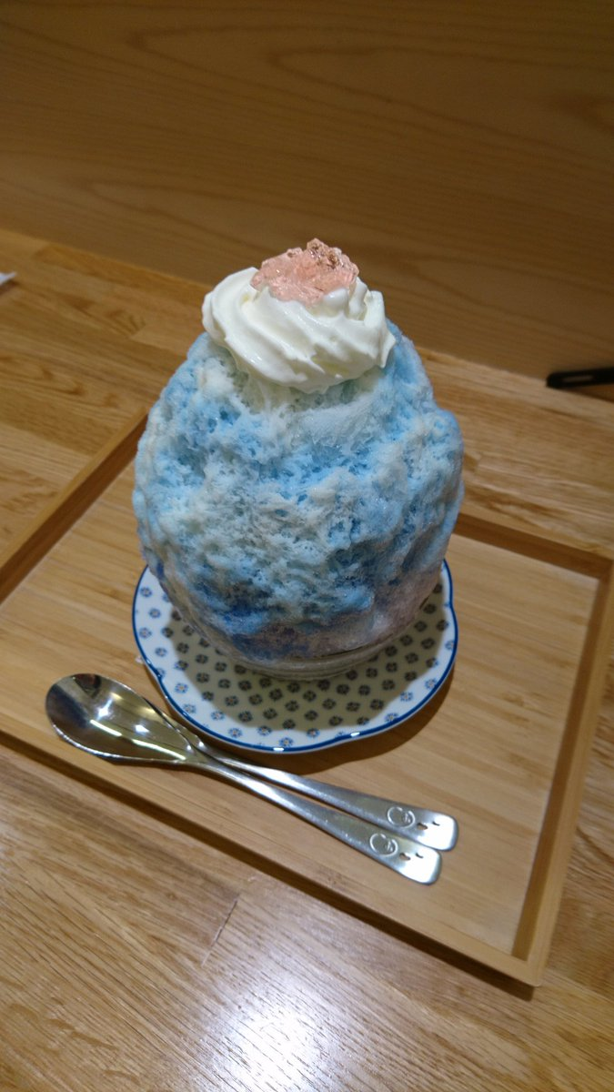 のるるイベに釣られつつ、青葉台の氷峰ジャンダルムさんへ!!! 青き魔法のかき氷✨  ミルク→蜂蜜レモンに変化するかき氷!!! 氷の中には、ヨーグルトエスプーマ&果物!!! 見た目も味も美味しかったでふ✨  酸味表記がありましたが、美味しい酸味でしたー✨