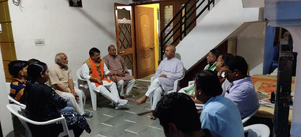 मध्यप्रदेश भाजपा के संगठन महामंत्री श्री @SuhasBhagatBJP जी के पिता श्री सुधाकर भगत जी का पिछले दिनों निधन हो गया था! आज इंदौर लौटते ही मैं उनके निवास पर शोक संवेदना प्रकट करने पहुँचा! पश्चिम बंगाल के माननीय श्री @MukulR_Official जी समेत कई साथी मेरे साथ श्रद्धांजलि देने पहुंचे!