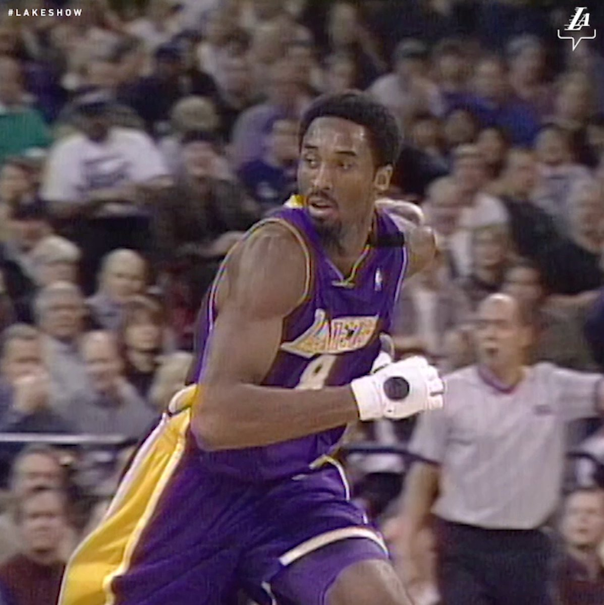 RT @Lakers: That time Kobe balled in one glove after breaking his hand. https://t.co/wEeAKL9sPd