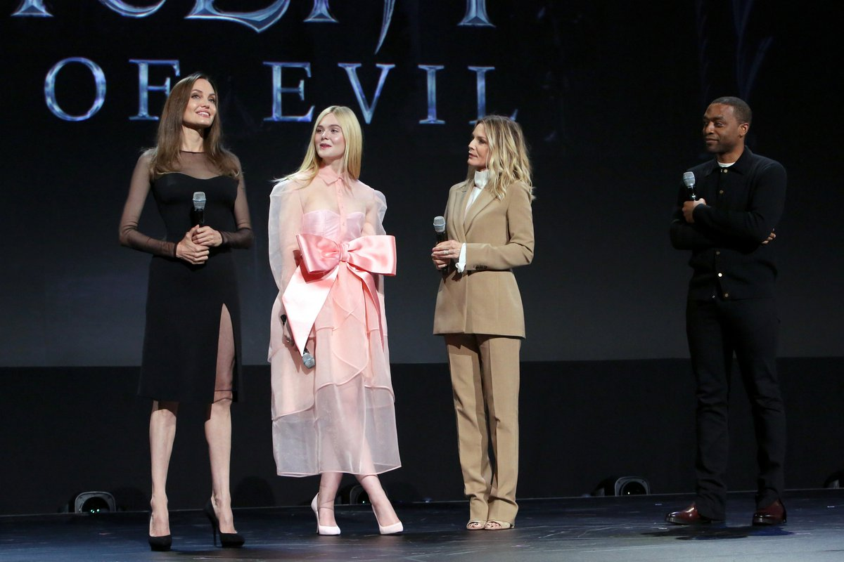RT @Maleficent: The cast of Disney's #Maleficent: Mistress of Evil surprise fans on stage at #D23Expo. (2/2) https://t.co/bPDUBEvkEA