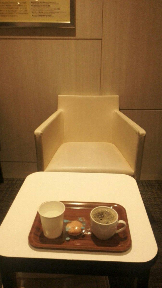 カウンター4で50席くらいかな。杯数制限なし?お菓子は選べてコーヒードリップ (@ イオンラウンジ イオン八事店 in 名古屋市, 愛知県) https://t.co/T67itpmm2X