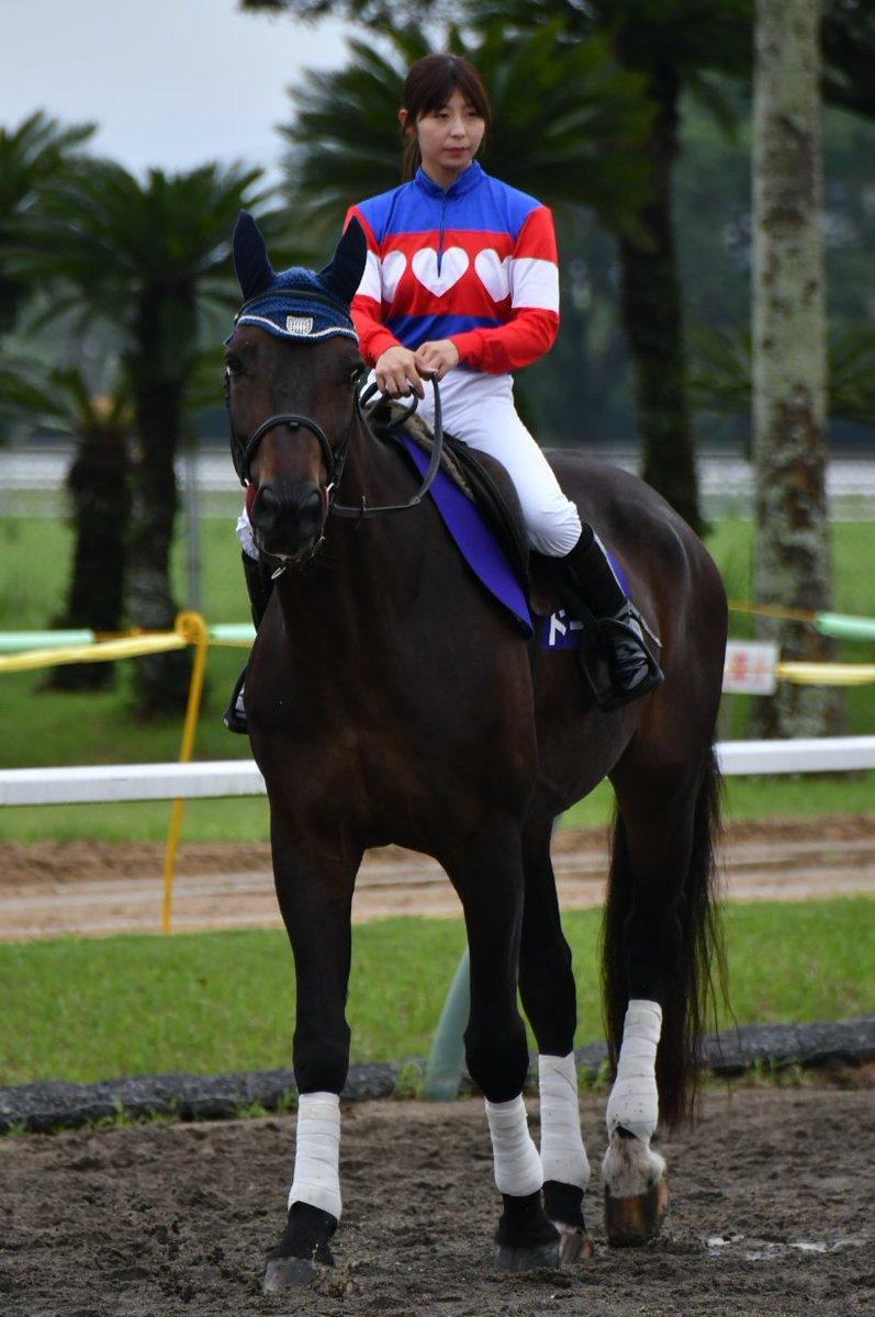 【JRA宮崎育成場】草競馬「ボンターブル賞」に華を添えたのは誘導を務めた木之前葵騎手(名古屋競馬所属)。かつての学び舎だった宮崎育成場の厩舎エリアから誘導馬を導き、地元凱旋を果たしました。