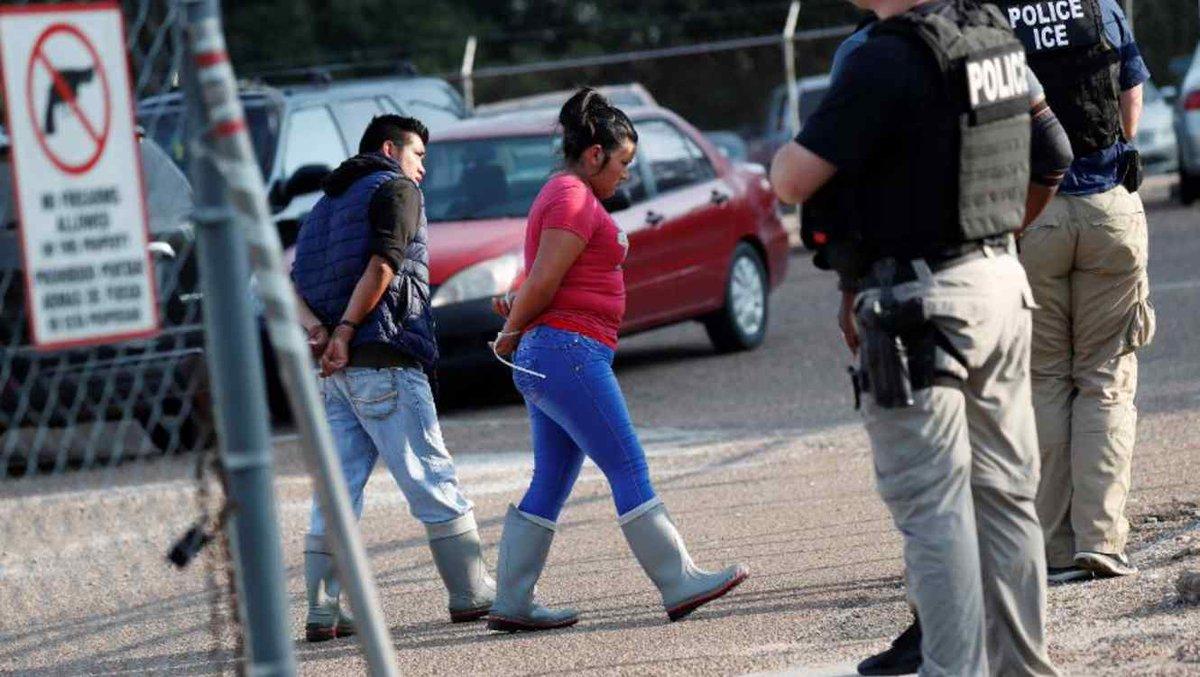"""""""Mamá, ¿dónde estás?"""". Estos niños todavía esperan a sus padres detenidos por ICE en Misisipi. No saben cuándo van a volver a verlos tlmdo.co/2zkAZYu"""