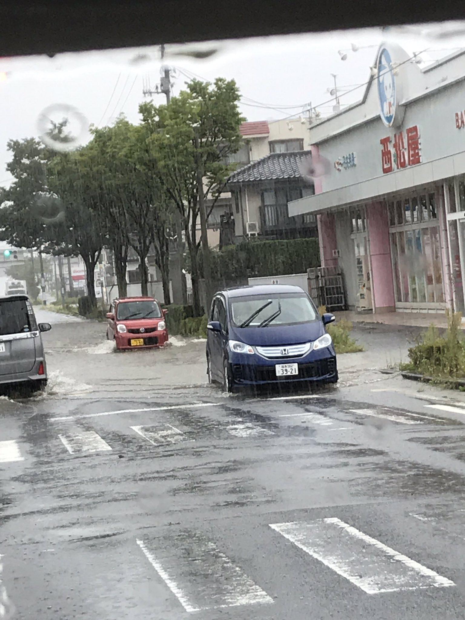 画像,福島市八木田の西松屋前冠水してます https://t.co/DMvwSsx3VE。