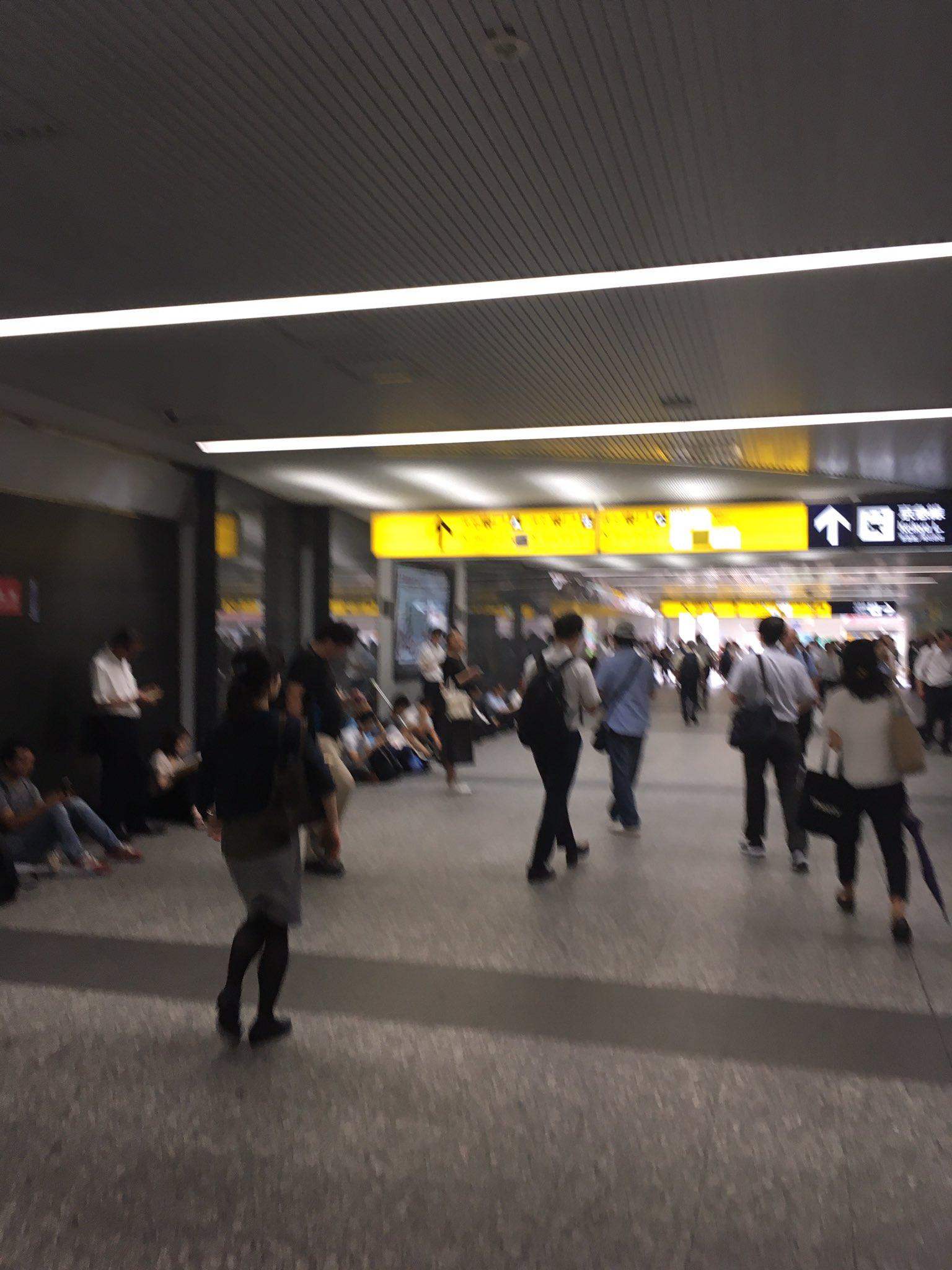 画像,横浜駅きた改札。京急は、入場規制しながら改札を通してた。JRは改札閉鎖。並んで待ってる人、諦めて座り込んでる人。 https://t.co/Cw8nAfqSA3…