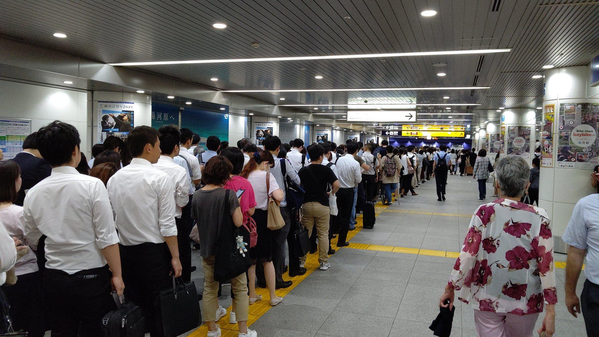 画像,京急横浜駅の改札通過待ち行列。JRも復旧は十時過ぎるとのこと。相鉄線は11時過ぎ。横浜駅から川崎市内や都心に向かうなら、東横線が比較的マシです。 https:/…