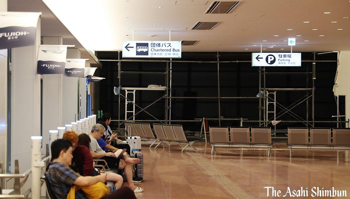 画像,台風15号、千葉市付近に上陸 関東地方は暴風域にhttps://t.co/2hPQyekcYx羽田空港では、国際線ターミナルの仮設壁や駐車場の工事用足場が崩壊し…
