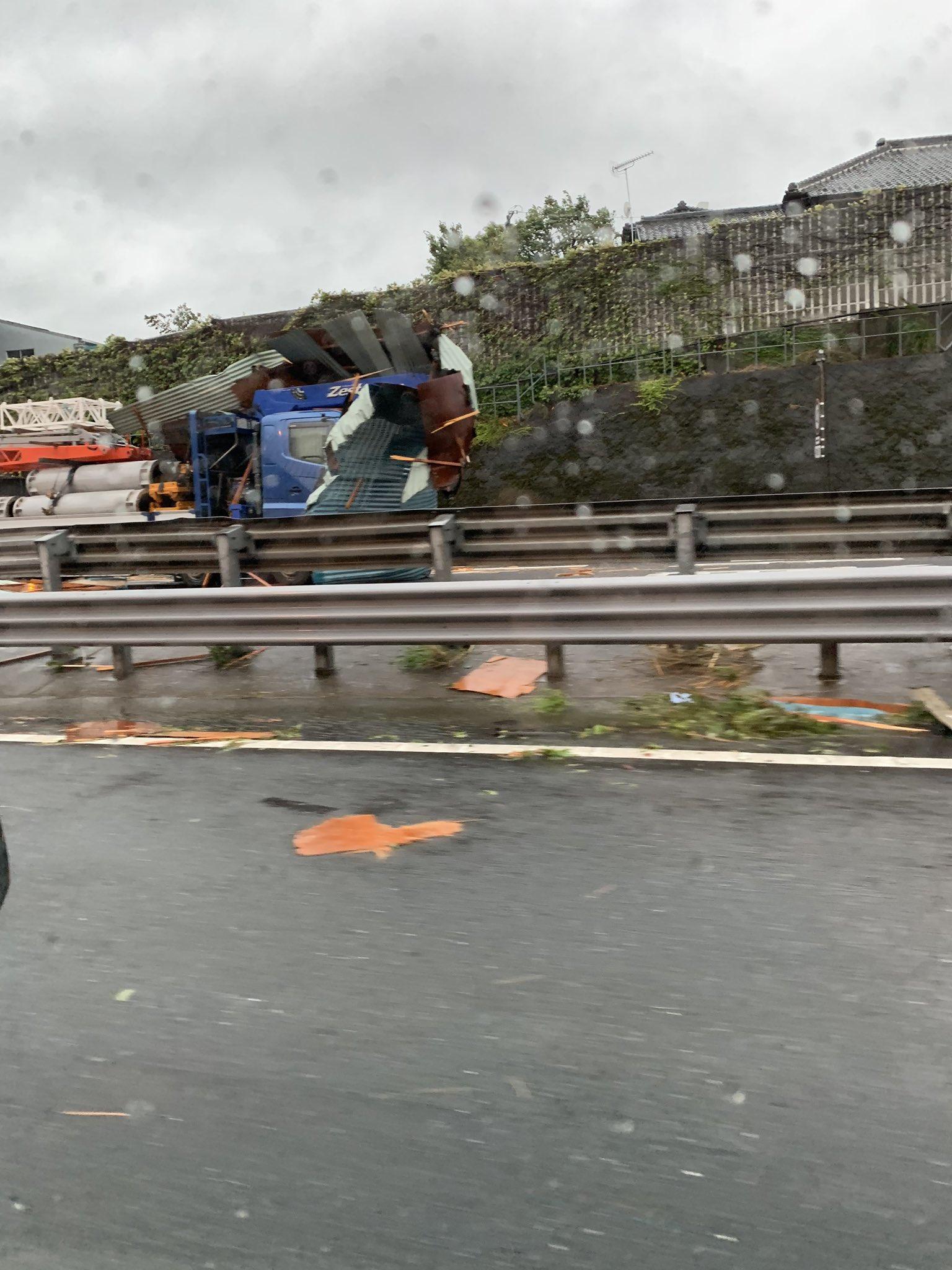 画像,東関道千葉北付近の上り線で、どこかの飛ばされたトタン屋根とトラックがぶつかってた。 https://t.co/oTk44OAdDy…