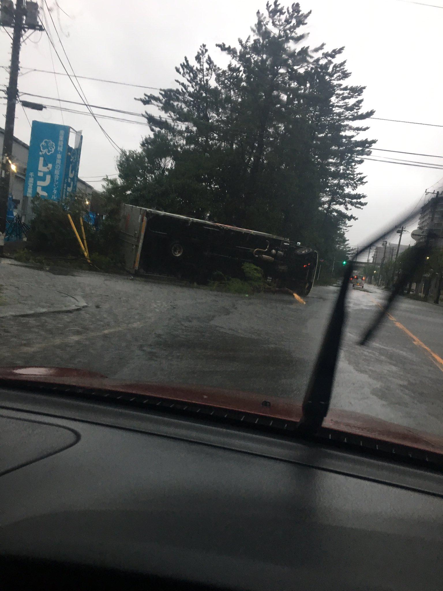 画像,千葉市 台風でトラック横転。 https://t.co/2K4wR4P1nr。
