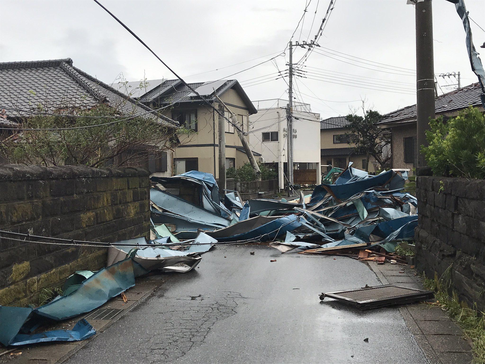 画像,千葉県浜金谷にて。家が倒壊したのか、電柱が折れていて、道が塞がれてます。道理で停電しているわけですね。#台風 https://t.co/fv0Zu0t5hn…