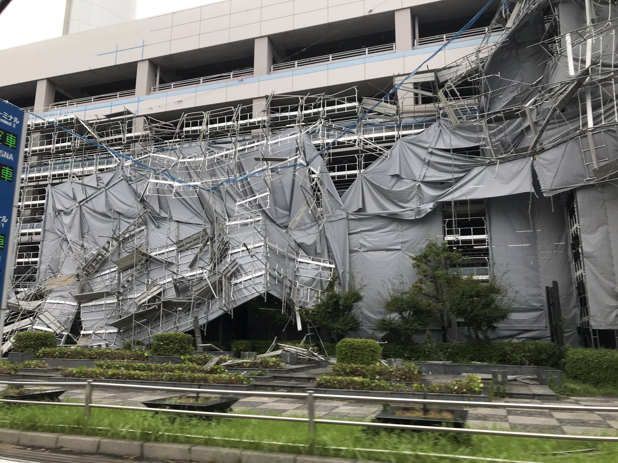 画像,羽田空港の駐車場、工事用足場が崩壊しとる… https://t.co/iCgthsx3S9。