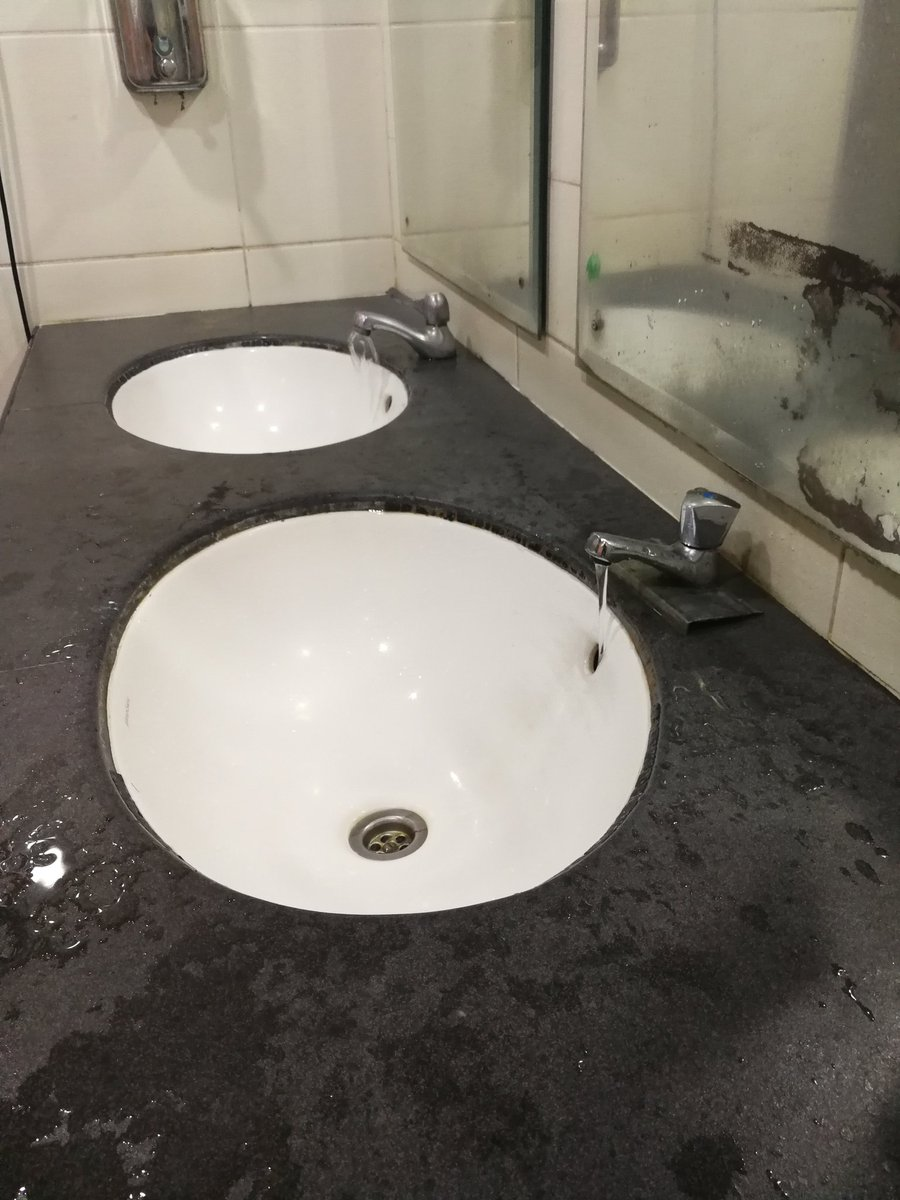 @MyRapidKL 2 pili paip yg tak boleh ditutup. Membazir. Gents Toilet. Station LRT PWTC.