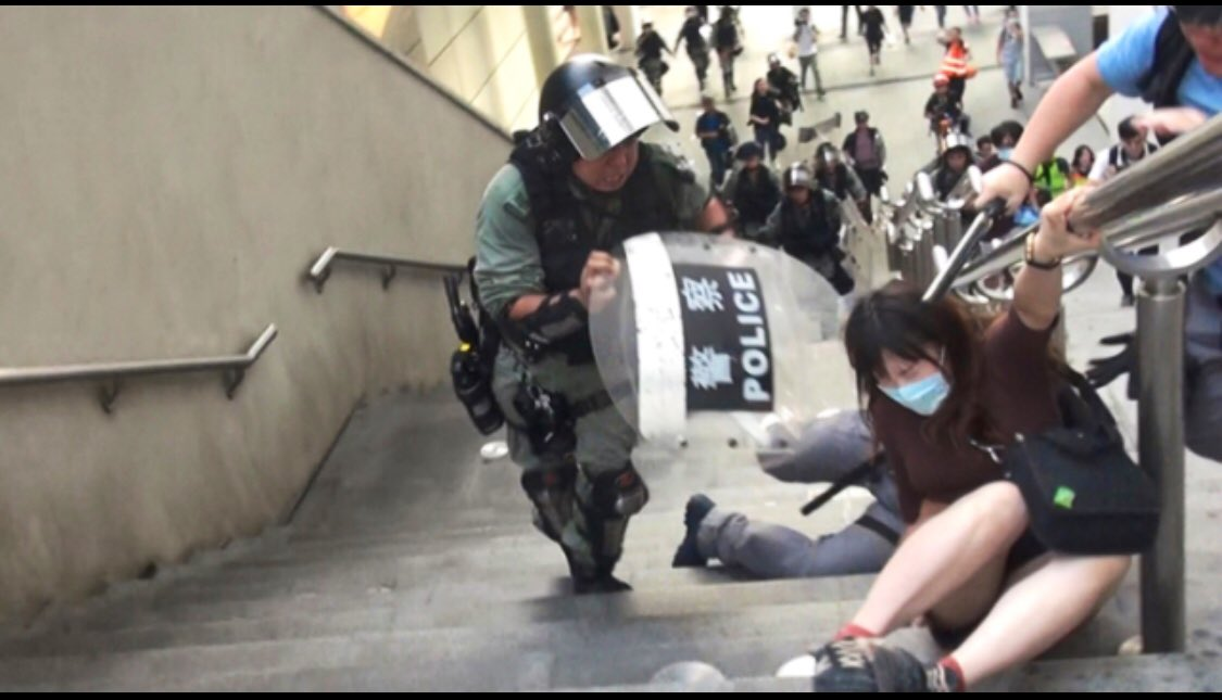 17:30 #TungChung This is another example of excessive force. Riot police suddenly raid a group of teens during a standoff nxt to Citygate Outlets. A female teen is pulled by the police and abruptly falls on the ground, she is later beaten with batons by police. (Via Apple Daily) pic.twitter.com/s5xdRZIaBc