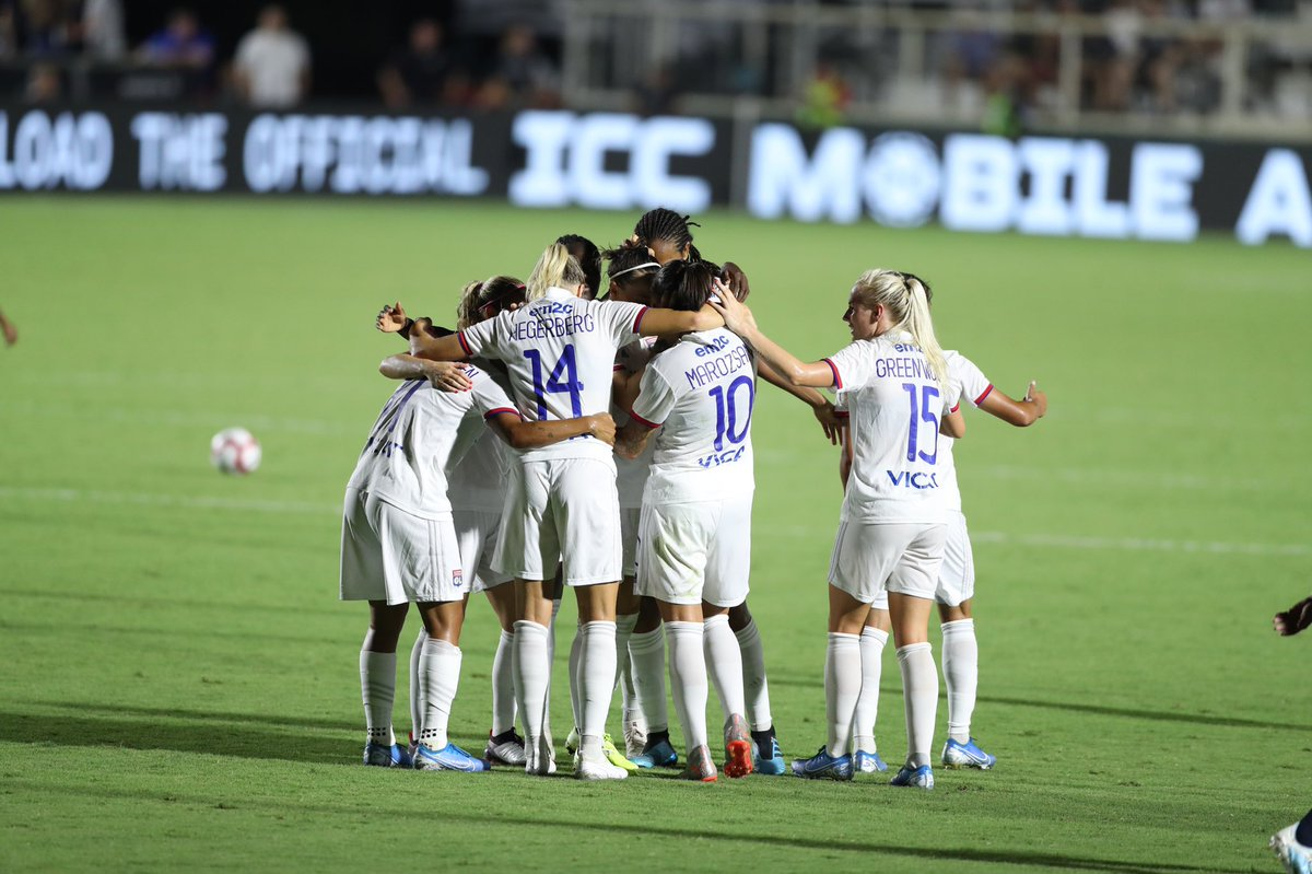 Gameday in Reims - let's hug it out. (J'aime bien cette photo). Allez l'équipe & allez l'OL! @OL