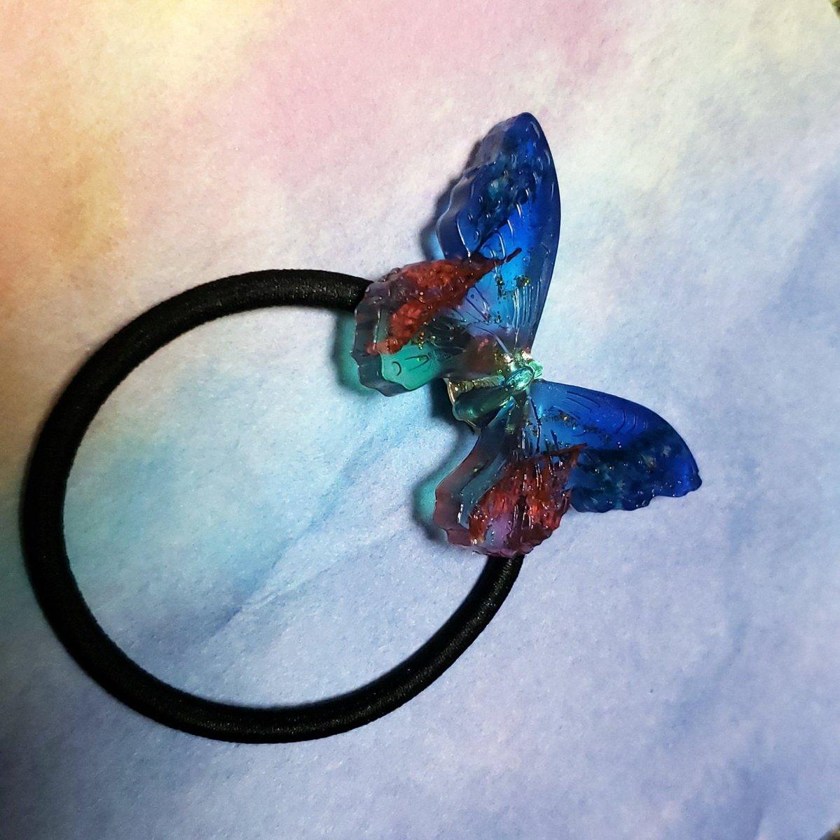 test ツイッターメディア - 本日のラストレジン!  初めてキャンドゥの蝶のモールド 使ってみました🦋~  中に花をいれ、ゴールドのグリッター入れてます✨  個人的には裏の方が好きです。  ヘアゴムにしたら皿の部分が丸見えです(笑)  あー楽し😁  #レジンアクセサリー #レジン #キャンドゥ #レジン好きさんと繋がりたい https://t.co/KpNadWmuA2