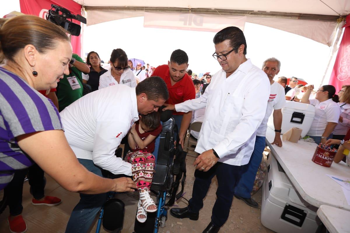 El Presidente Municipal @armando_cabada y presidenta del DIF Alejandra Cabada entregan sillas de ruedas a personas con discapacidad.  - Fueron entregadas 4 sillas de ruedas especiales para niños con parálisis cerebral, así como 50 andadores y 50 bastones. https://t.co/gnWfkqYsfg