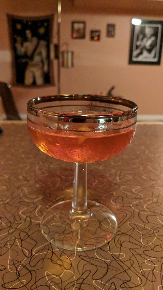 #CocktailCaturday the #Martinez 1oz gin, #HealysGin, 3/4 oz dry vermouth, 1/4 oz Cointreau, 2 dashes Angostura bitters. Yeah.... pic.twitter.com/SEifkj9HDX