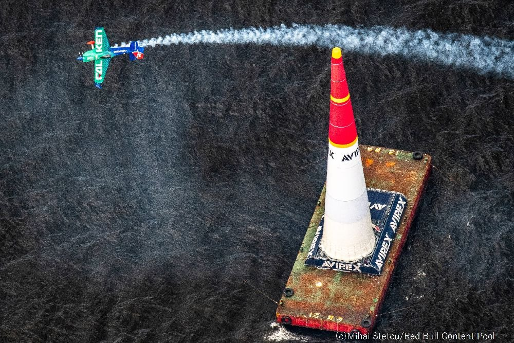 【RBAR2019最終戦千葉大会:決勝Rd14】 Team FALKEN(室屋)は57.912秒を記録し0.015秒差でベン・マーフィー選手に敗退したが、ファステスト・ルーザーで次のRdに進出決定。12時~のRd8ではフランソワ・ルヴォ選手と対戦予定。 Team FALKEN #airrace #YoshiMuroya #FALKEN #Breitling #LEXUS #RedBull
