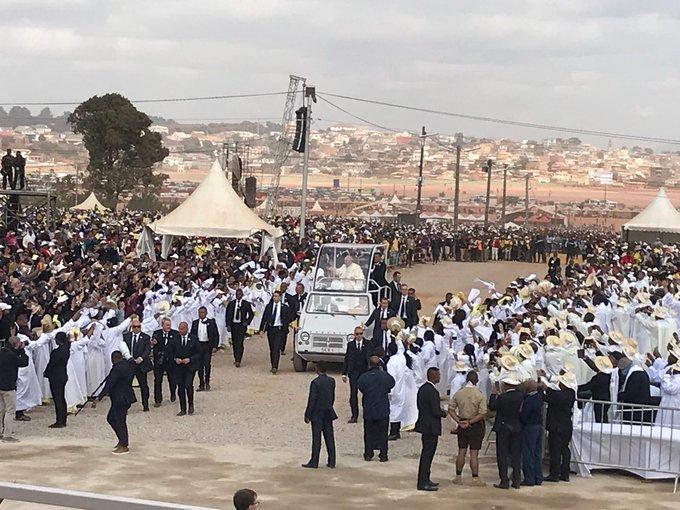 El Papa llega a la misa