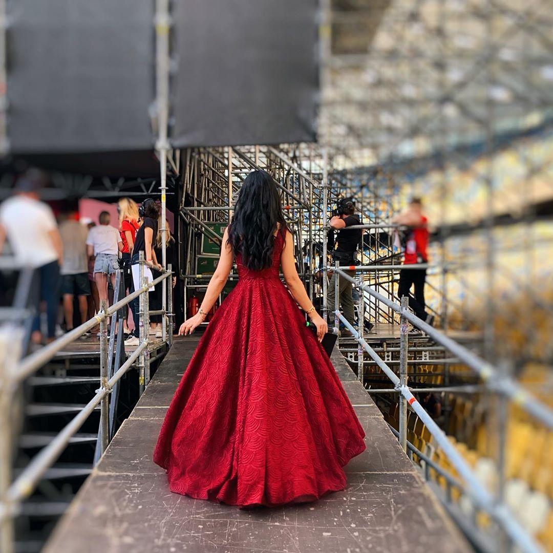 Маша Ефросинина в алом платье