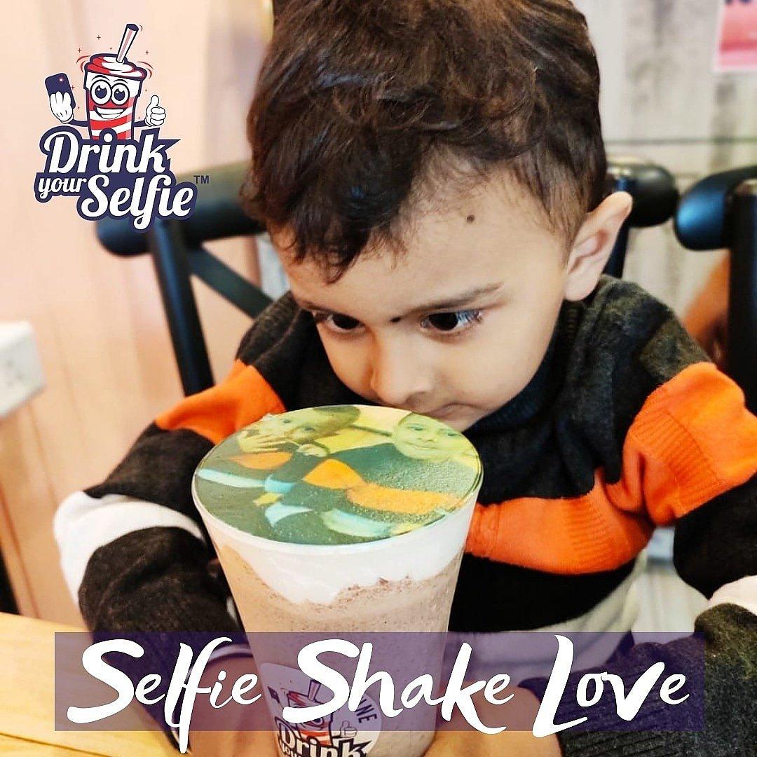 These Cute Smiles pay off all the work we put up at @drinkyourselfie to make the Best Customised & Personalised Shakes in Town 😃😃@drinkyourselfie now Live in Viman Nagar & Kharadi - Pune, Solapur, Navi Mumbai and Kathmandu 😃#drinkyourselfie #selfiemainepeeliaaj #selfiecoffee