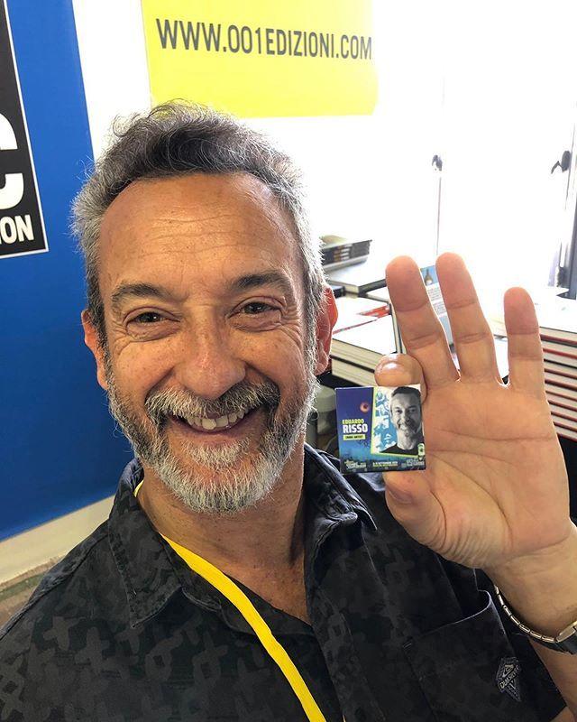 @eduardorissocomics al #PCC19 con la spilletta offerta da @camaloon_ e personalizzata per lui!  Visitate il sito di Camaloon per scoprire di più ;) #camaloon #pcc #palermocomicconvention #cospladya #pin #comics #artist #fumetti https://t.co/LpJ6FsTGqr https://t.co/GnmFNwyMVD