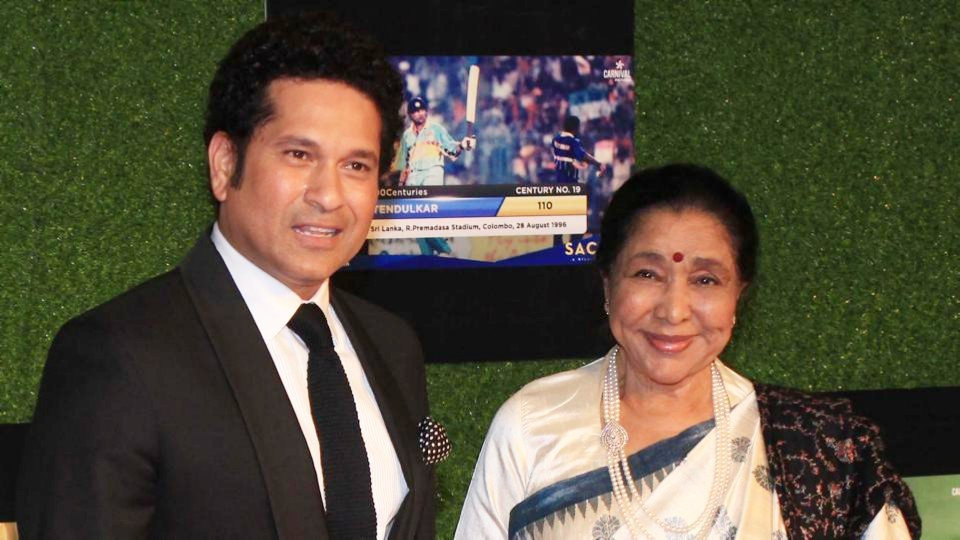 """Tum jiyo hazaaron saal, saal ke din hon pachaas hazaar!""Happy Birthday @ashabhosle Tai.Thank you for your lovely and evergreen voice."