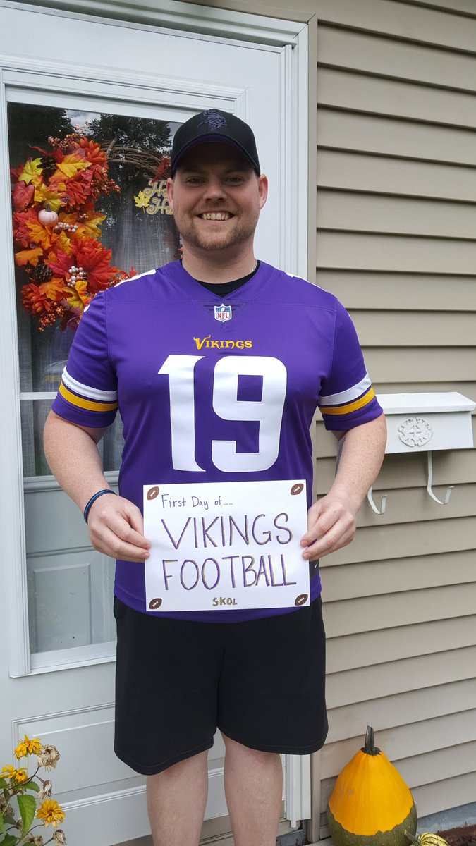 """All the parent have their """"First day of school"""" pictures. I'm here thinking: @Vikings #Skol #superbowlbound @NFL https://t.co/hxLgO878H2"""