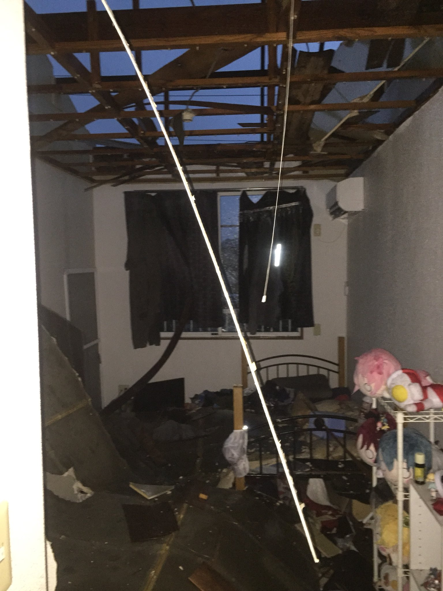 画像,ヤバイよアパートの屋根飛んで天井崩れた#台風15号 https://t.co/v7806Wjy61。